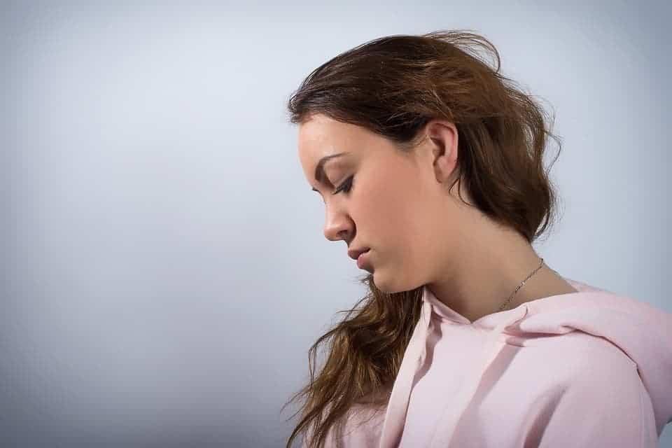 Jeune femme à la longue chevelure